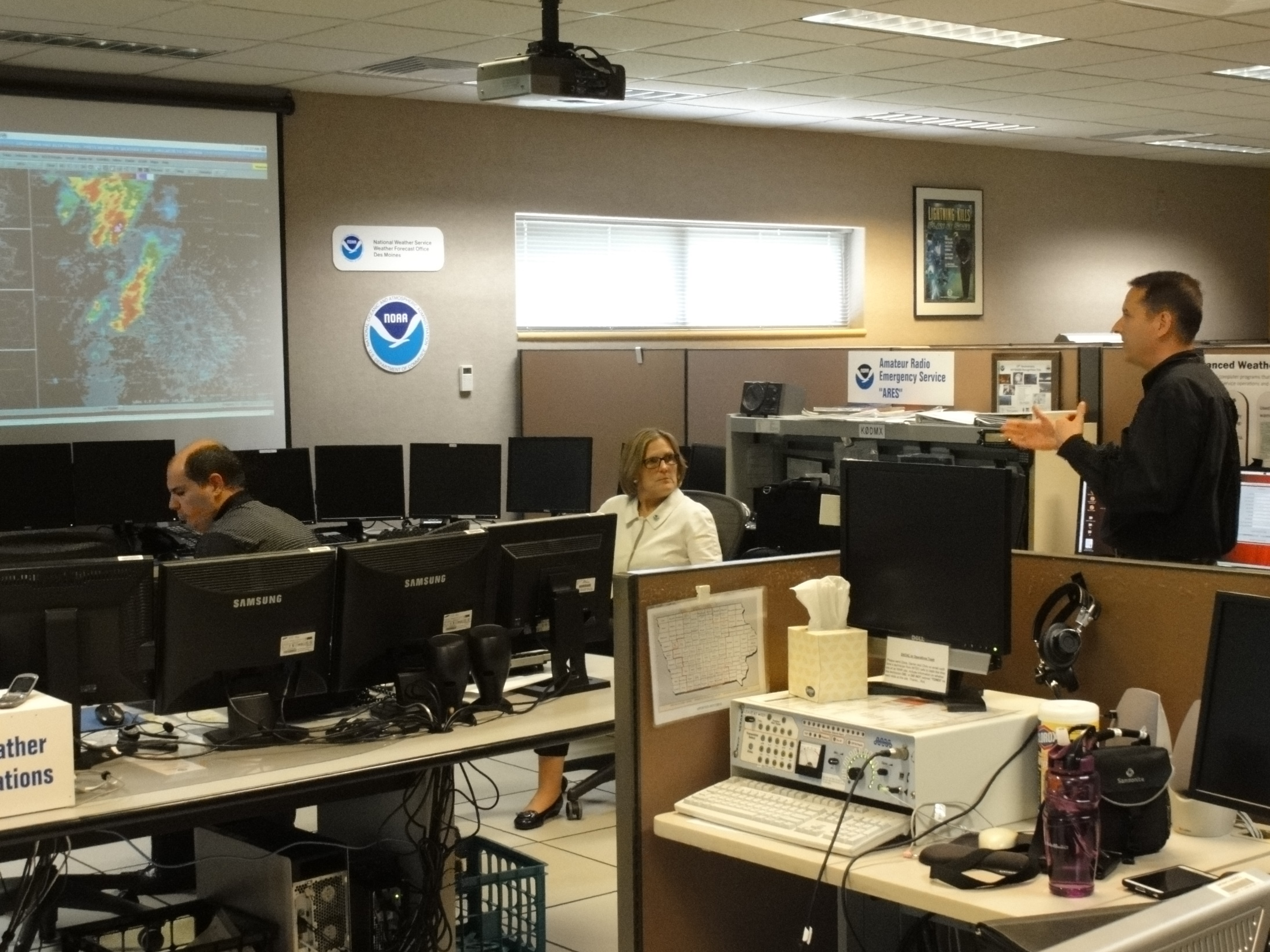 Using the weather event simulator to demonstrate impact based warnings. Jim Lee, NWS Des Moines General Forecaster; Dr. Kathryn Sullivan, NOAA Administrator and Under Secretary of Commerce for Oceans and Atmosphere; Brad Small, NWS Des Moines Lead Forecaster